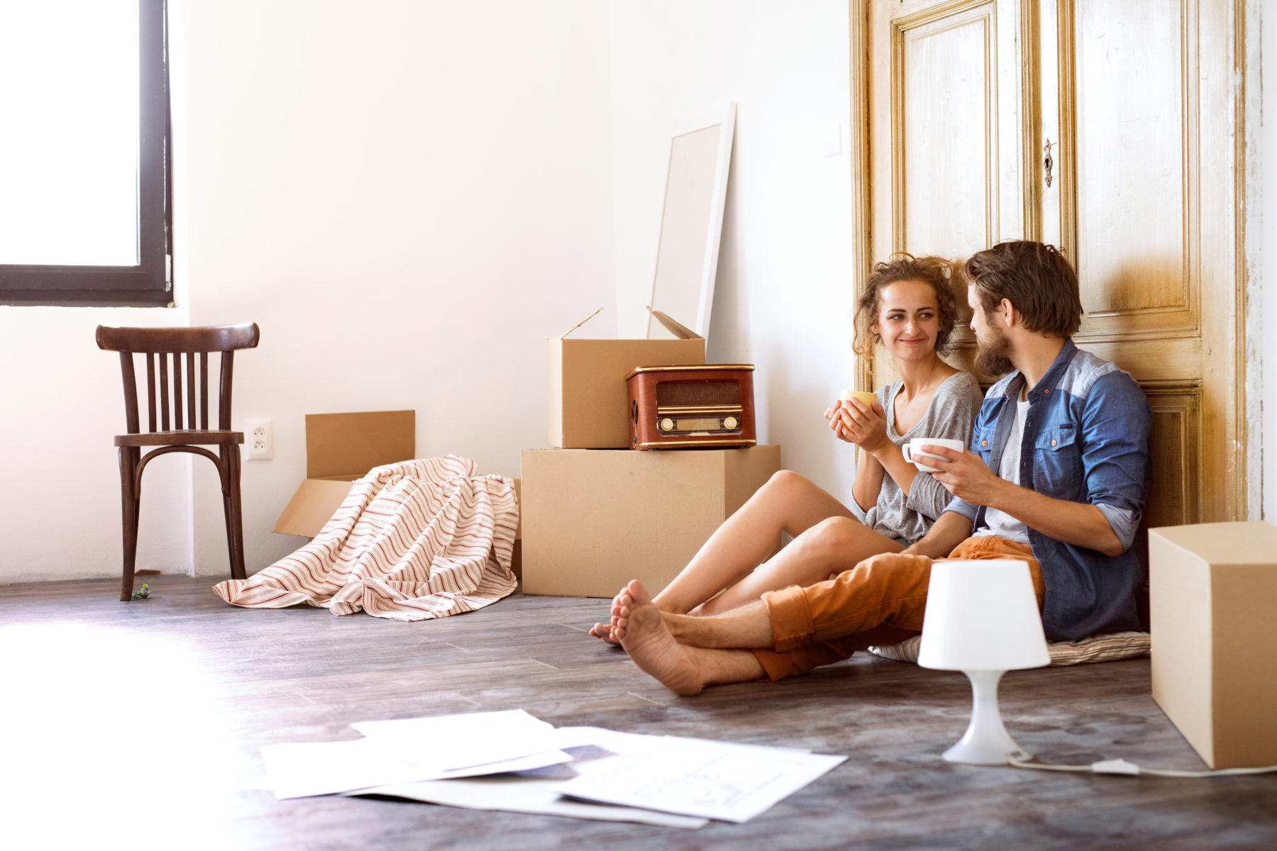 Young couple moving | find your new home with Vita apartment finders & leasing